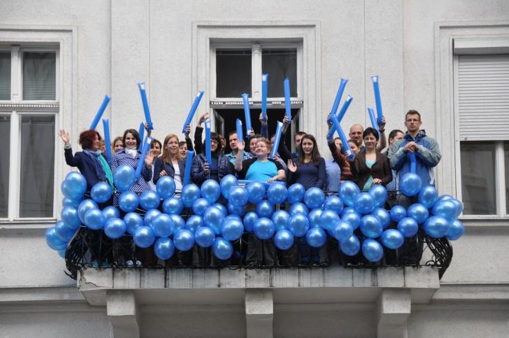 FSZK dolgozói kék lufikkal