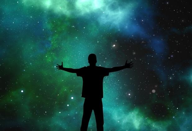 Egy srác a csilagos égbolt alatt